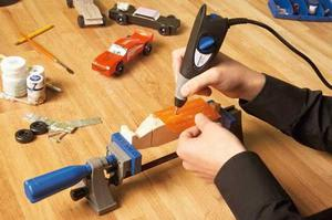 Мастер работает при помощи гравера.