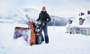 Простой снегоуборщик из бензопилы в работе.