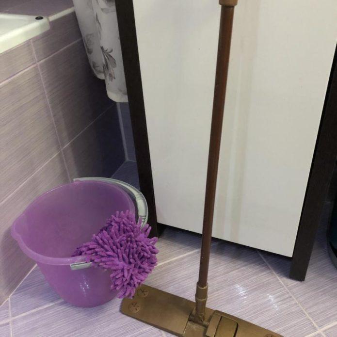 швабра стоит в ванной