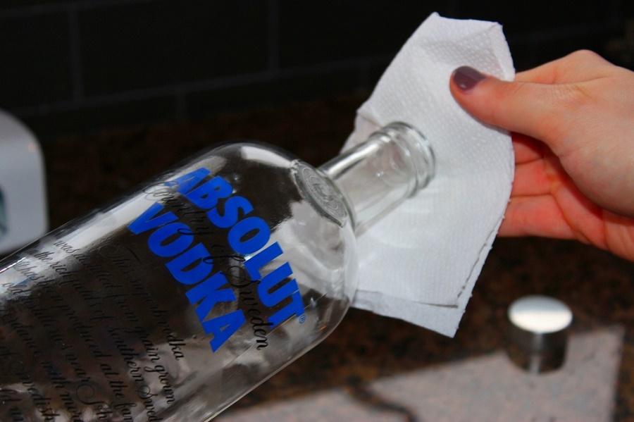 Не выливайте остатки спиртного: 5 нестандартных способов использовать алкоголь в быту