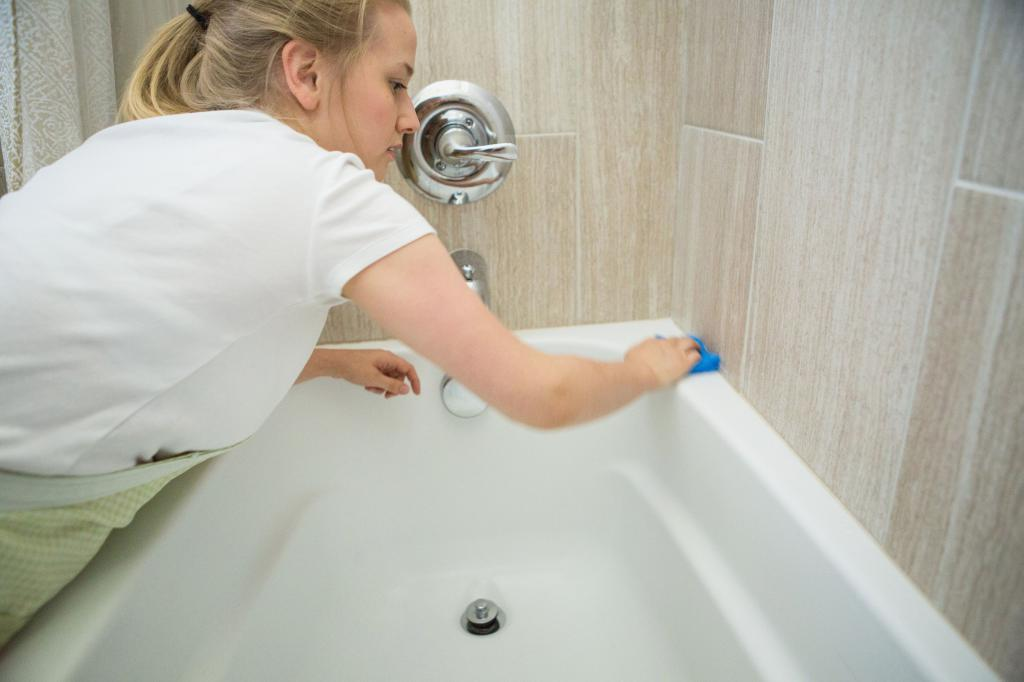 Уксус — недорогое и эффективное средство для уборки в ванной комнате