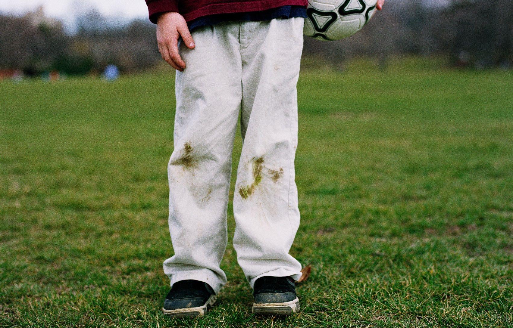 5 безопасных средств помогут вывести пятна от травы с одежды без вреда для нее