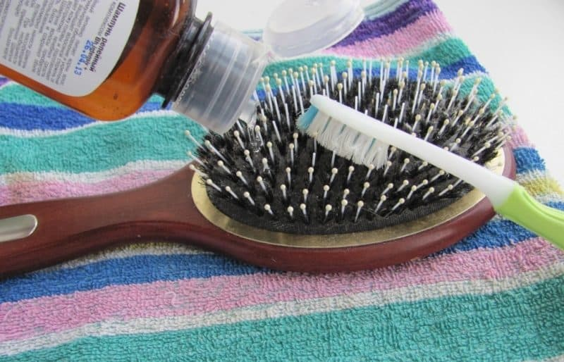 7 предметов, которые удобнее чистить старой зубной щеткой