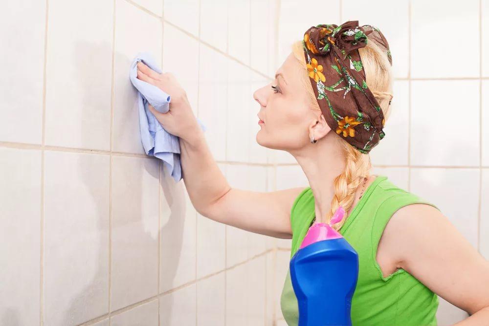 Уничтожаем на корню: как избавиться от черной плесени в ванной комнате