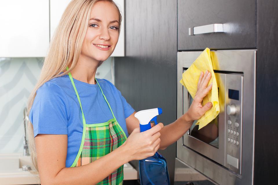 Микроволновка будет сиять: 5 способов быстро помыть ее изнутри