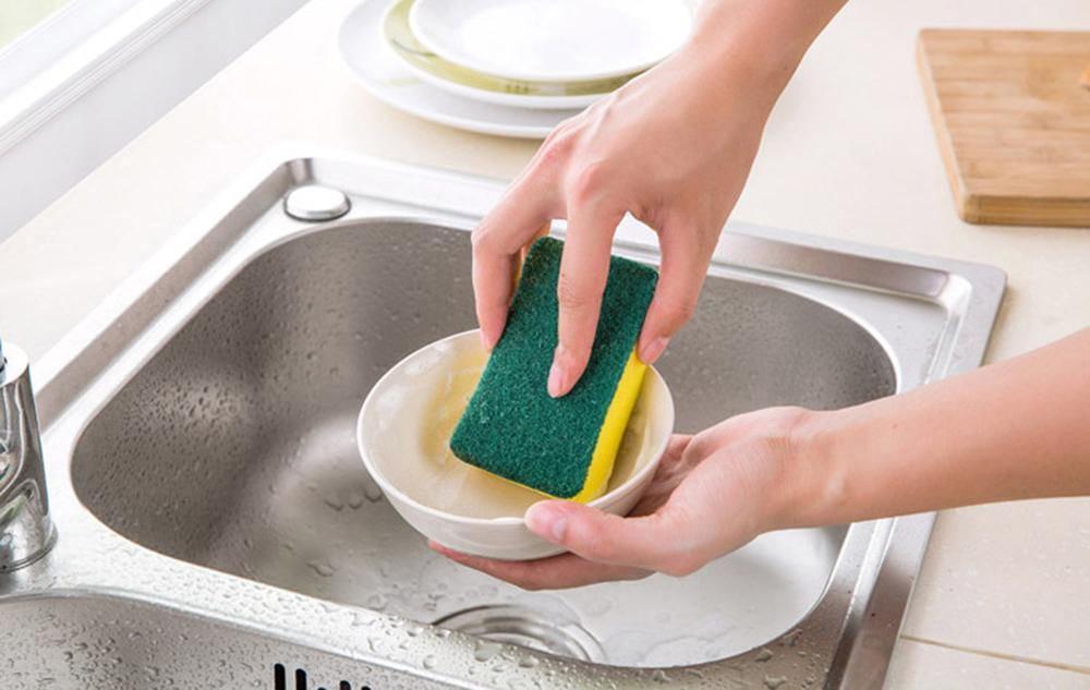 Почему опытные хозяйки обрезают уголок у губки для мытья посуды