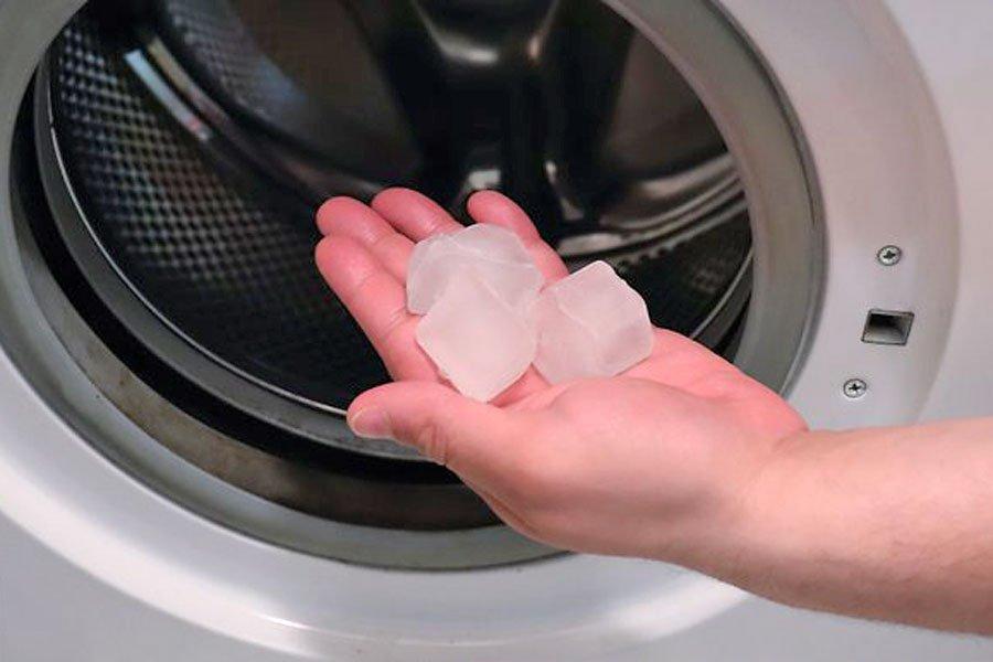 Вместо утюга – три кубика льда: необычный способ погладить рубашку и брюки