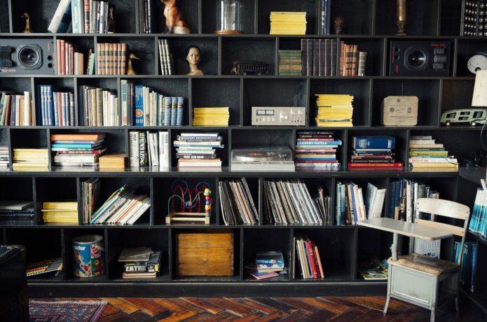 5 идей как организовать хранение книг в маленькой квартире
