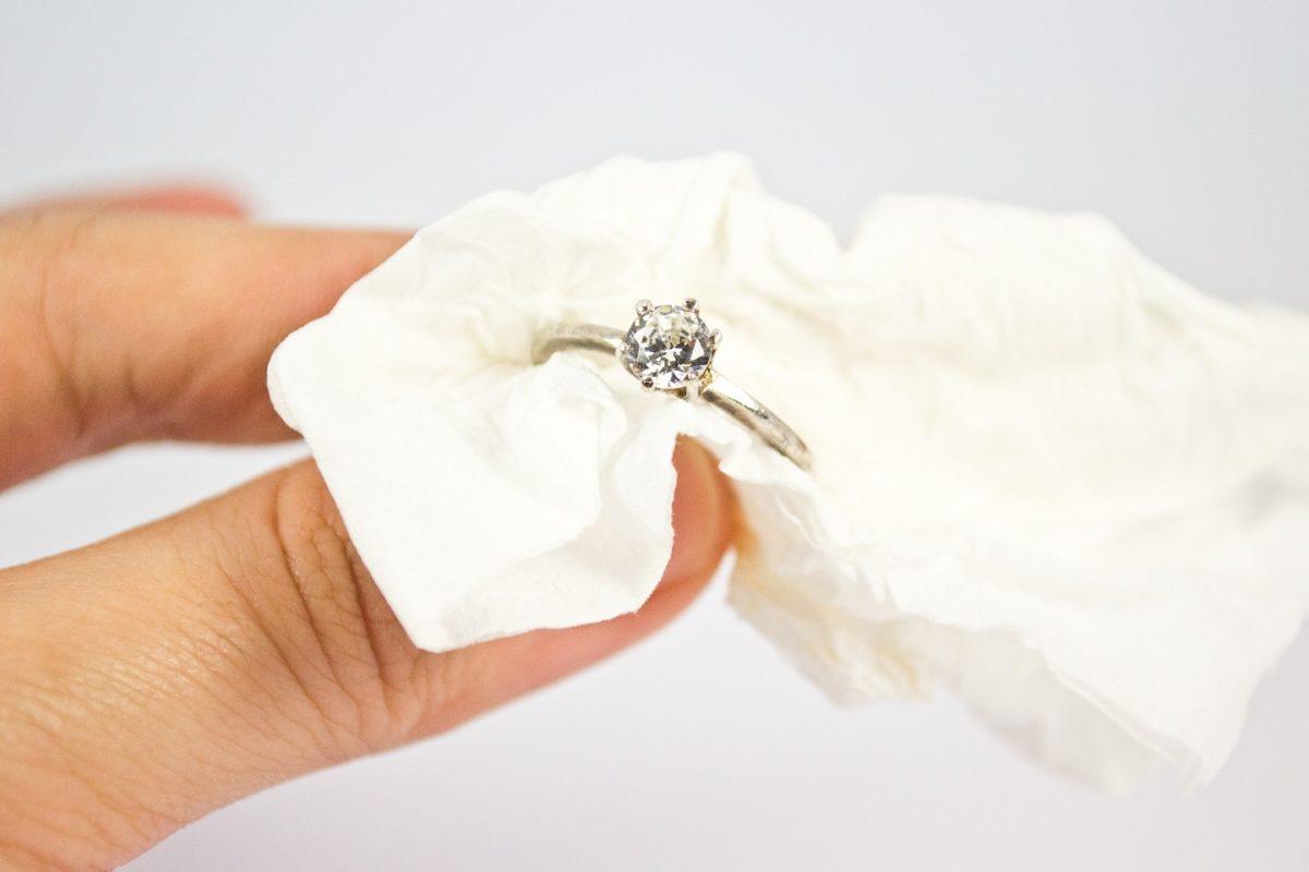 6 способов почистить золотое украшение, не испортив камни