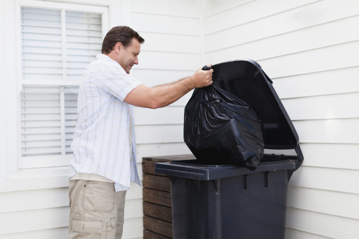 Не выносите мусор после заката: разные версии приметы