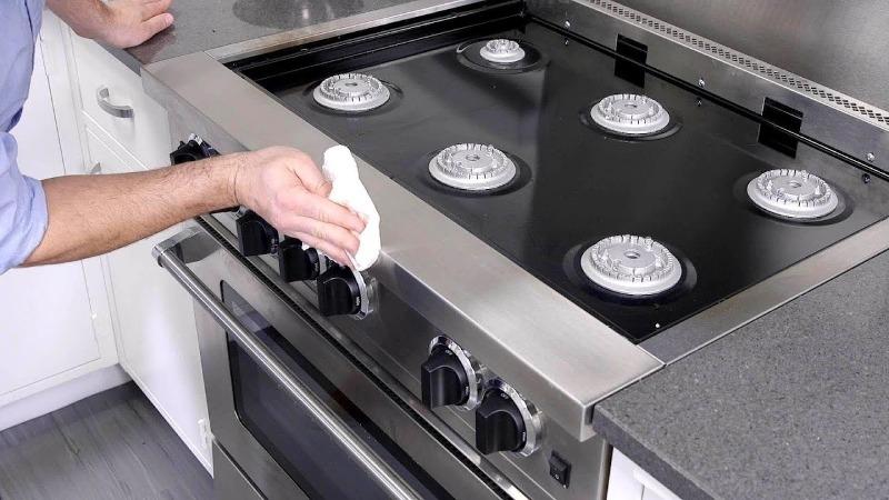 Одна из самых сложных задач на кухне станет гораздо легче: 5 способов отмыть ручки плиты
