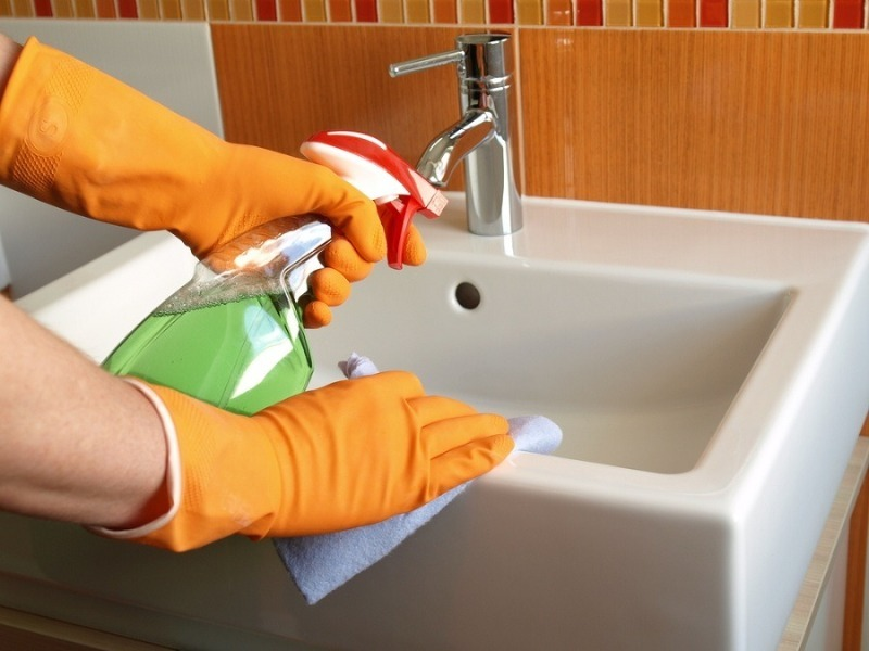 5 лайфхаков, которые берут на вооружение опытные хозяйки, когда надо быстро отмыть эмалированную раковину
