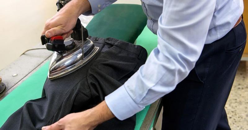 Если любимые брюки стали лосниться: 7 способов убрать блеск с ткани