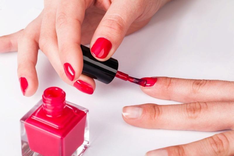 Починить и украсить: 12 бытовых хитростей с лаком для ногтей