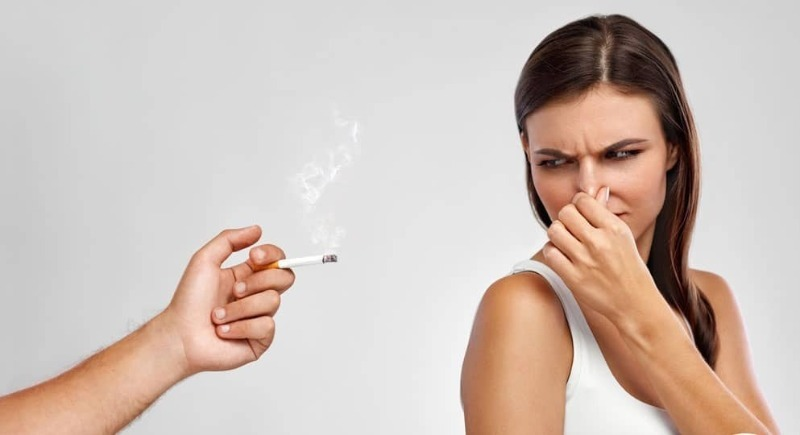 Не спешите в химчистку: 4 средства, которые устранят запах табака с одежды