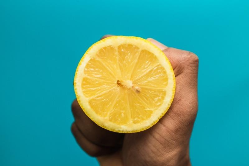 7 нехитрых способов сохранить разрезанный лимон надолго
