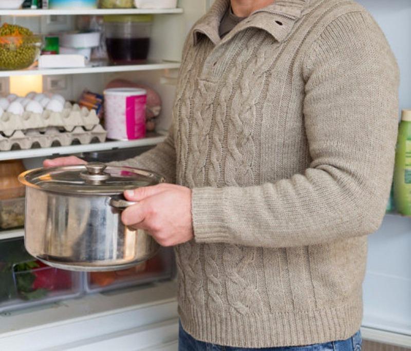 5 веских причин никогда не ставить горячее в холодильник