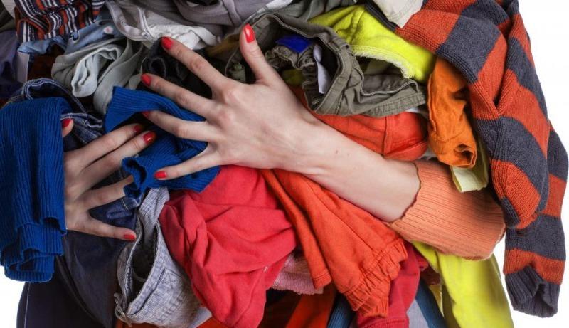 Что сулят приметы, если мыть пол старой одеждой