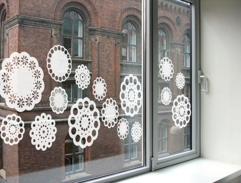 5 способов быстро отмыть стекла от новогодних рисунков и не замерзнуть