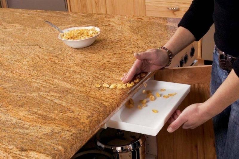Почему крошки нельзя сметать со стола рукой