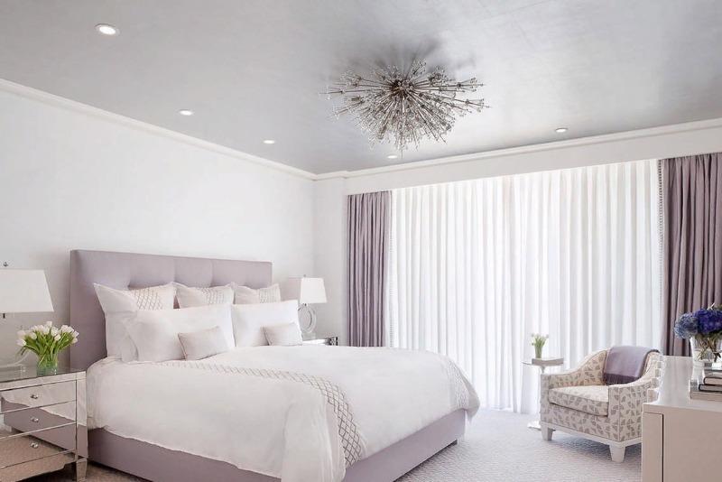 Белая спальня с замысловатой люстрой