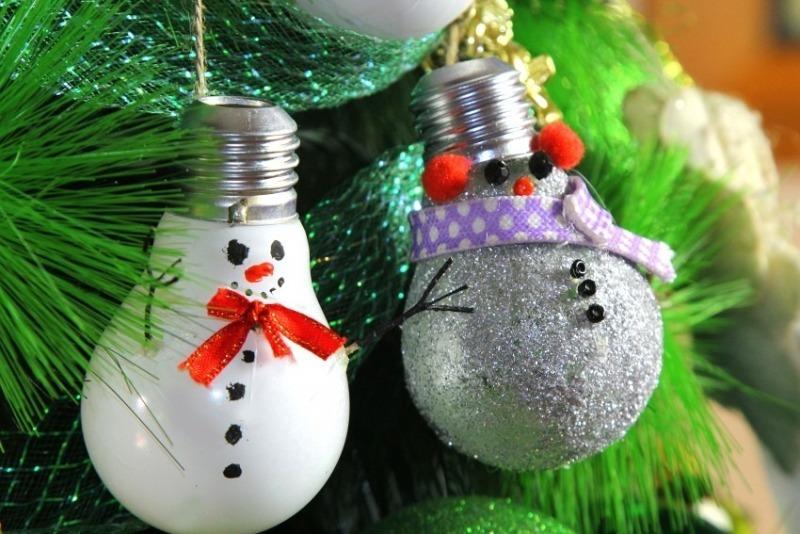 Время пришло: 6 новогодних украшений из перегоревших лампочек