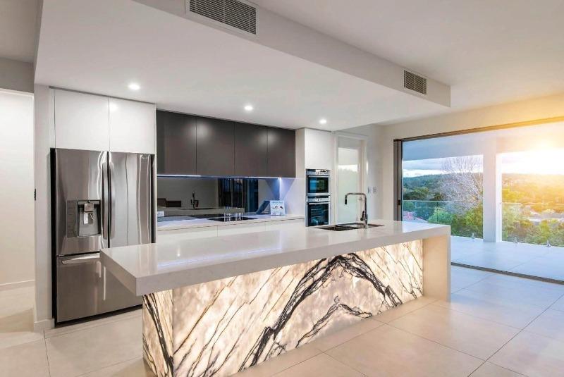 Серая кухня с видом на природу из окна