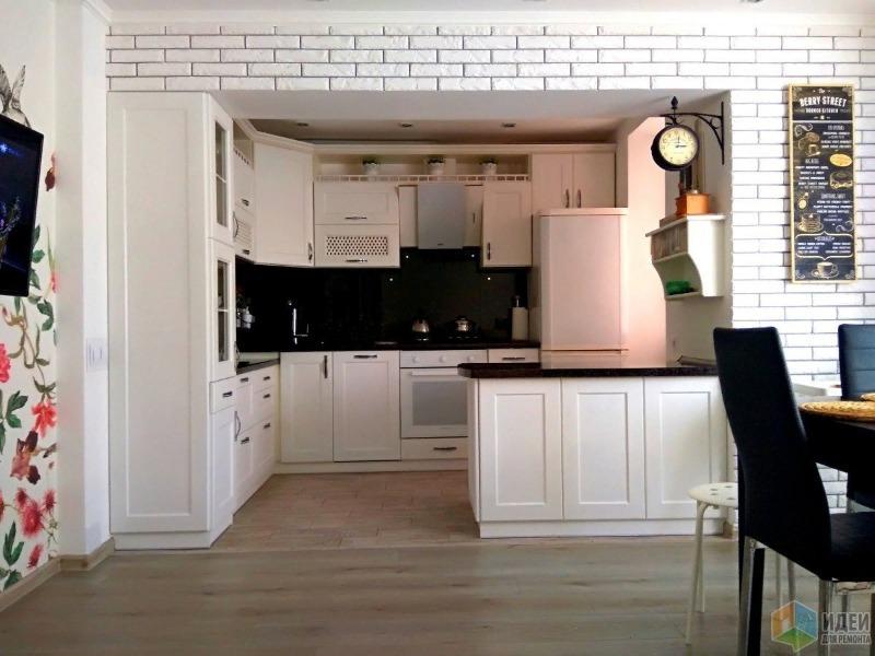 Белая кухня с чёрными стульями