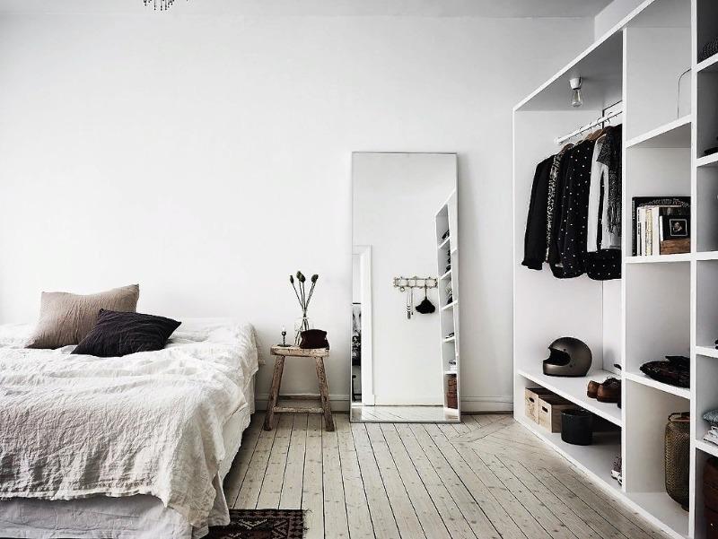 Спальня с белыми стенами и белым шкафом