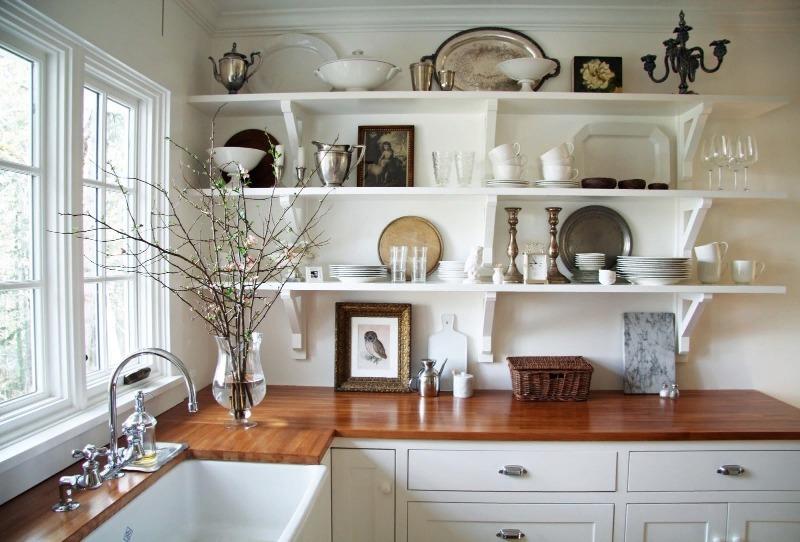 Кухня с белыми полками на стене