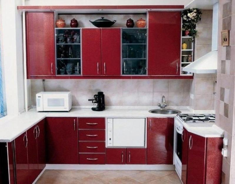 Кухня красными фасадами