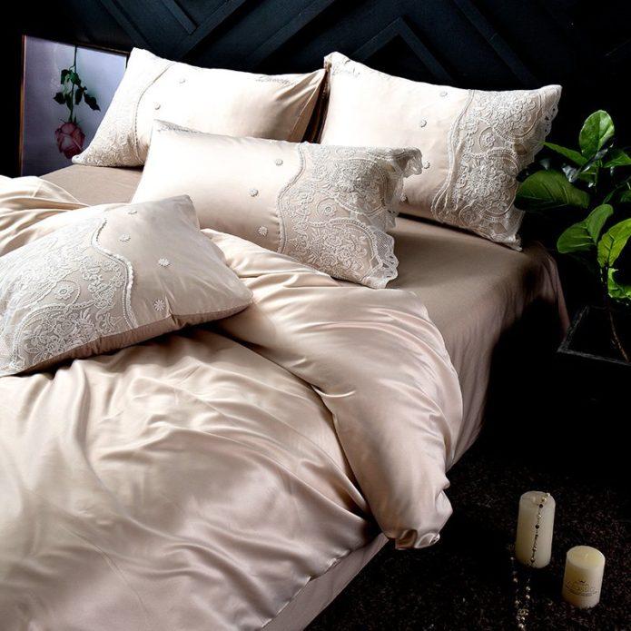 кровать с шелковым бельем