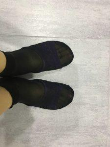 Надеваю носки на тапочки