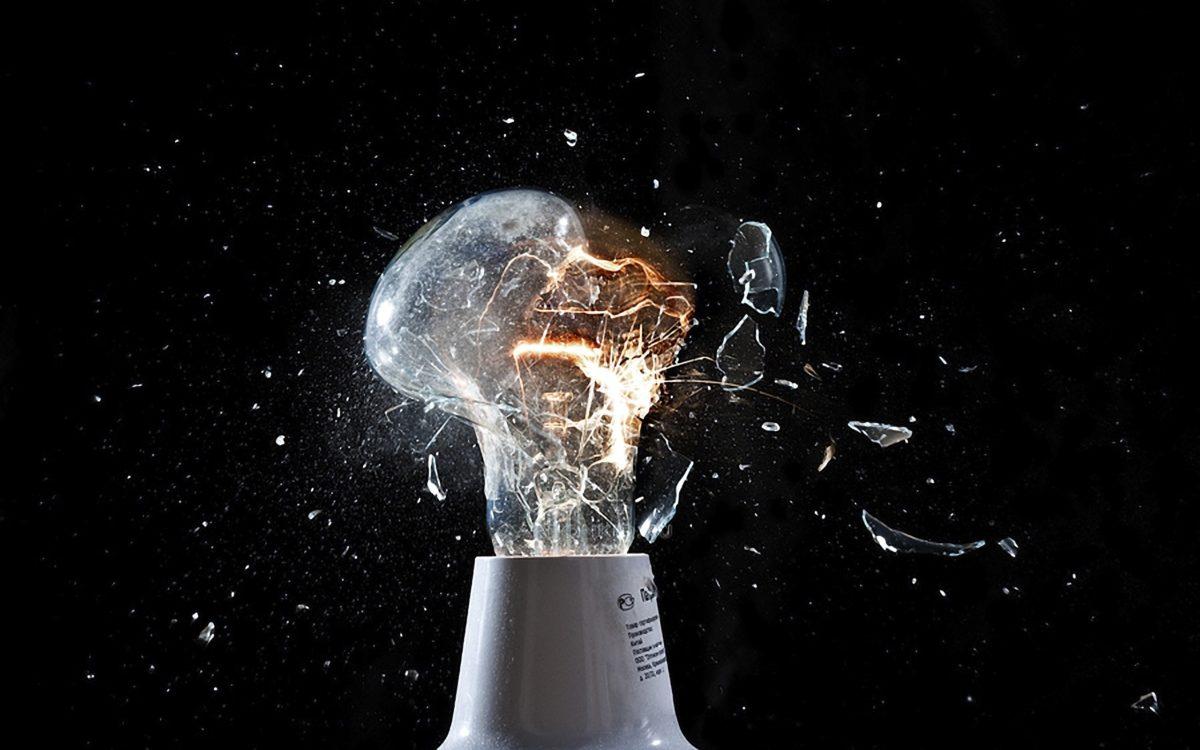 Когда руками не ухватиться: 8 способов выкрутить лопнувшую лампочку и цоколь от нее