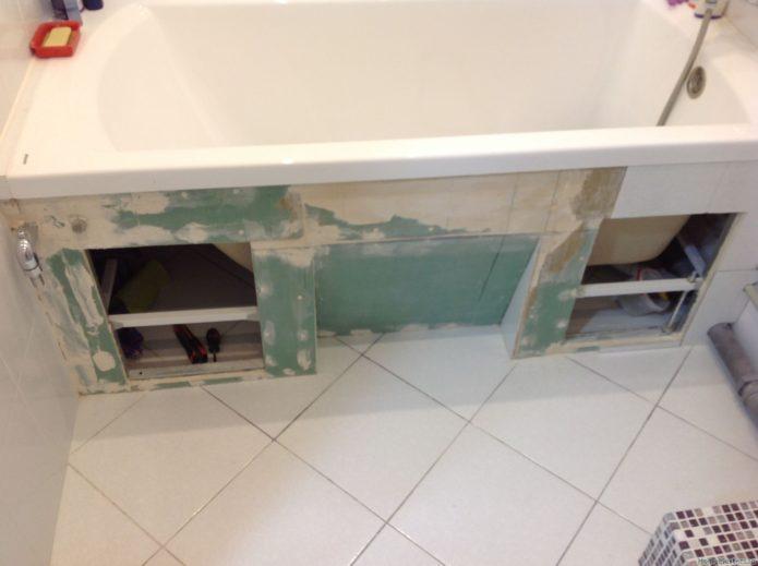 ниша под ванной