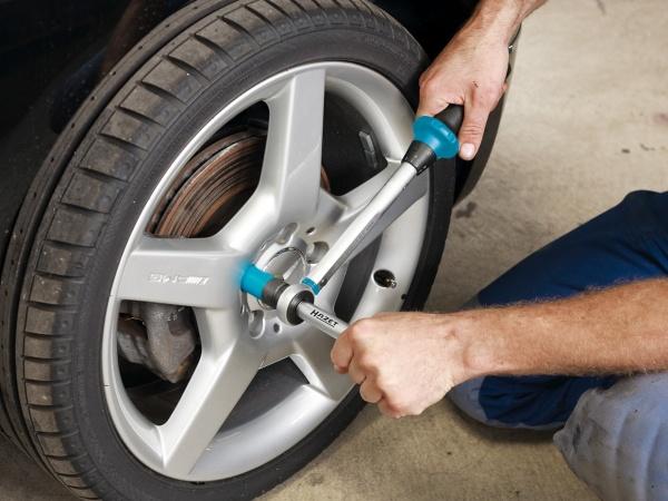 Прикручивание автомобильного колеса
