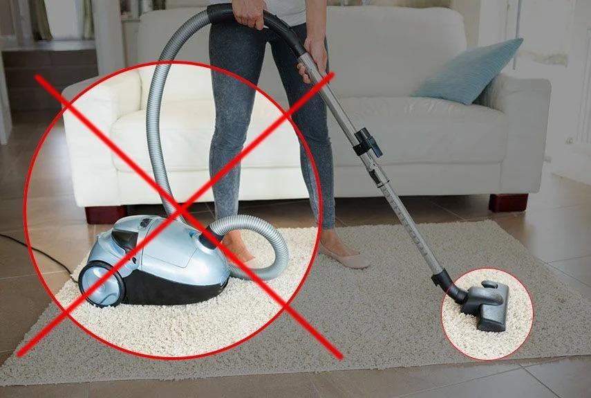 15 вещей, которые нельзя собирать пылесосом, даже если ну очень хочется