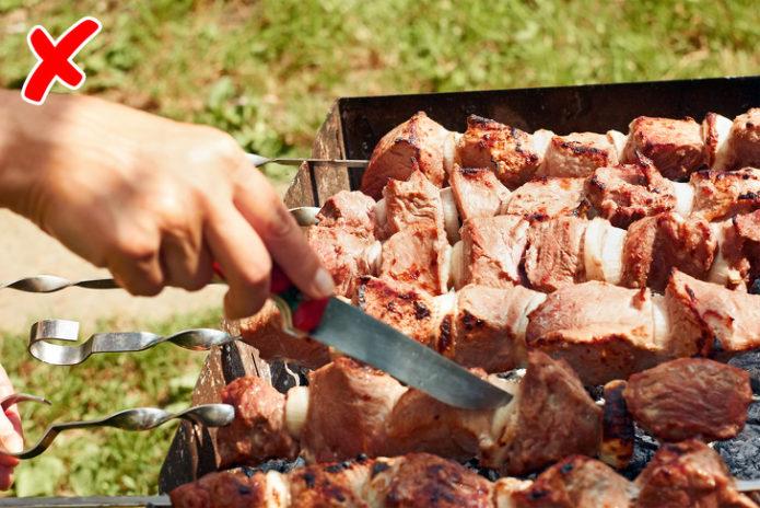 Резать мясо шашлыка